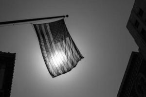 nos símbolo americano bandeira sobre cidade preto e branca foto