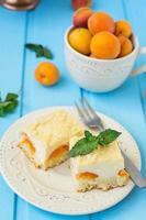 cheesecake de bolo com damascos, sobremesa de verão foto