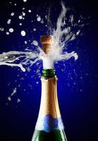 close-up de cortiça champanhe estourando