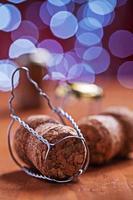 rolhas de champanhe no fundo desfocado foto