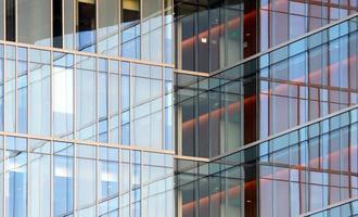 janelas de prédio de escritórios