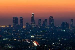 skyline do centro de los angeles no crepúsculo foto