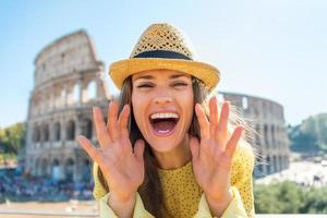 mulher jovem feliz perto do Coliseu, em Roma, Itália