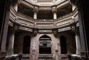 adalaj stepwell em ahmedabad, gujarat foto