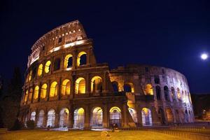 visão geral do coliseu lua noite roma itália foto