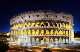 o coliseu à noite, roma, itália