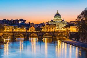 pôr do sol na cidade do Vaticano foto