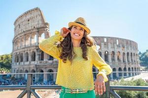 mulher com guia de áudio perto do Coliseu, em Roma, Itália foto
