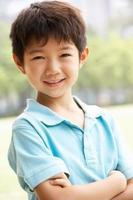 retrato de cabeça e ombros de menino chinês foto
