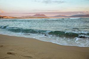 pôr do sol na idílica praia de kleinmond foto