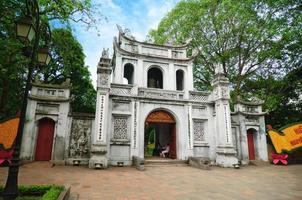portão de entrada principal do templo da literatura foto