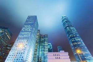 altos edifícios de escritórios por noite foto