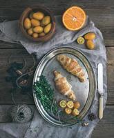conjunto de café da manhã rústico. croissants de chocolate no prato de metal, frescos foto