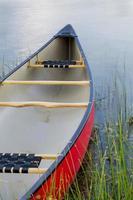 canoa vermelha no lago foto