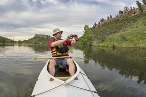 remador de canoa fotografando foto