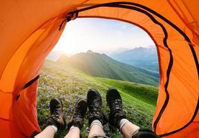 acampar nas montanhas foto