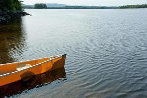 canoa na margem do lago umbagog foto