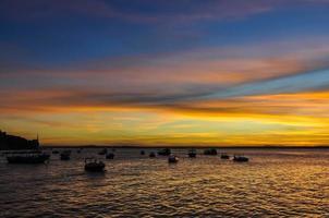 cores do pôr do sol em morro de são paulo, salvador, brasil foto