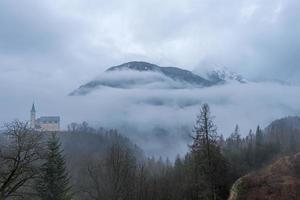 pequena igreja no meio do nevoeiro da montanha