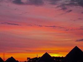 barracas ao pôr do sol foto