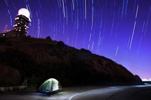 acampar sob o céu estrelado