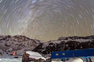 nightsky sobre o acampamento base de annapurna foto