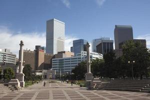 visitantes desfrutam do centro de denver no civic center park