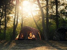 barracas de acampamento recreacionais no fundo por do sol foto