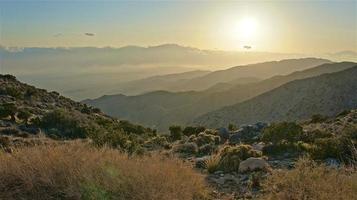 montanhas do deserto em camadas