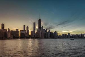 Chicago no centro contra o céu ao entardecer foto
