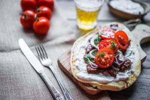 sanduíche de bife com legumes foto