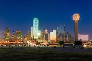skyline de Dallas refletida no rio Trinity ao pôr do sol foto