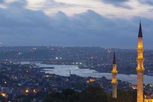 bela mesquita suleymaniye e chifre dourado no crepúsculo foto