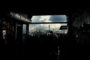 pessoas em um souk em Istambul