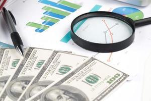 documento financeiro com lupa. pesquisa de lucro foto