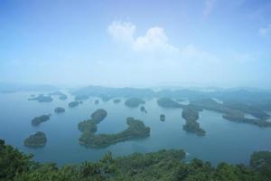 vista aérea do lago qiandao hu, marco de zhejiang, china foto