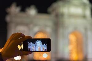 puerta de alcalá em uma tela de smartphone, madrid foto