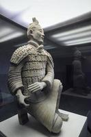 arqueiro ajoelhado do guerreiro de terracota foto