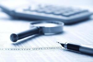 caneta-tinteiro no jornal financeiro foto