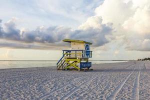 cabana de praia de madeira em estilo art deco em south beach foto