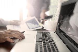 documentos de negócios na mesa de escritório com telefone inteligente e digital foto