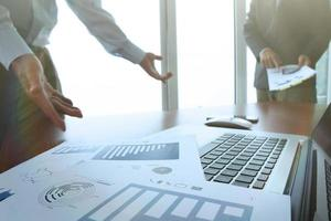 documentos de negócios na mesa de escritório com telefone inteligente foto