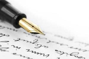 caneta de ouro na carta escrita de mão foto