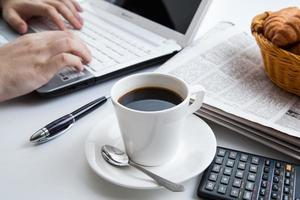 empresário correndo e uma xícara de café