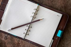 diário em uma mesa de madeira