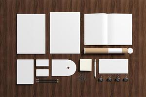 artigos de papelaria em branco sobre fundo de madeira foto