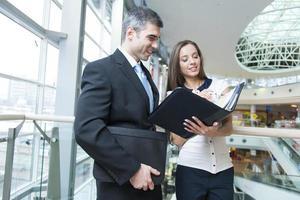 empresário e mulher discutindo trabalho foto