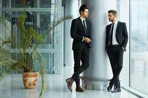 parceiros de negócios bem-sucedidos discutem projeto foto