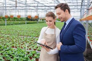 empresário positivo discutir negócios com sua florista foto