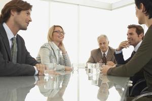 colegas de trabalho, discutindo na sala de conferências foto